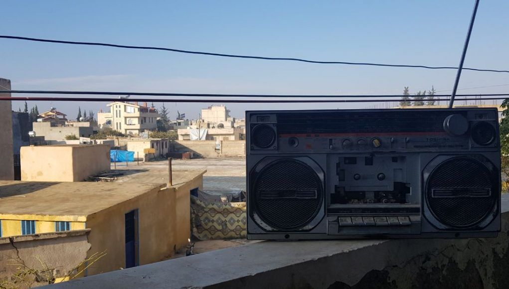 راديو قديم من مدينة كفرنبل يستقبل صوت إذاعة فرش.