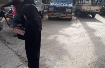 """طفلة تبيع """"البسكويت"""" في واحد من شوارع إدلب."""