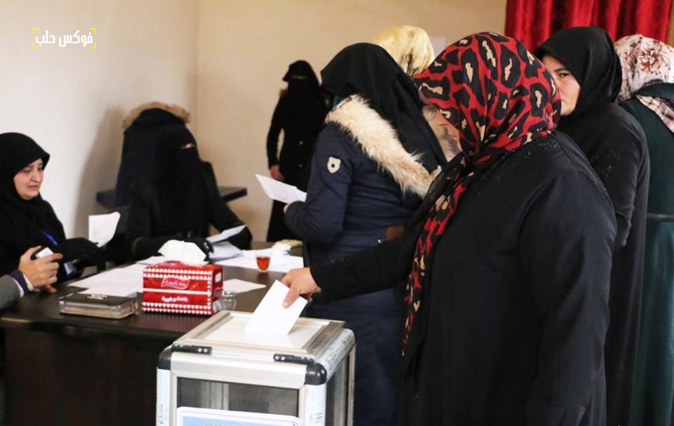 نساء يدلين بأصواتهن في انتخابات مجلس بلدة عنجارة.