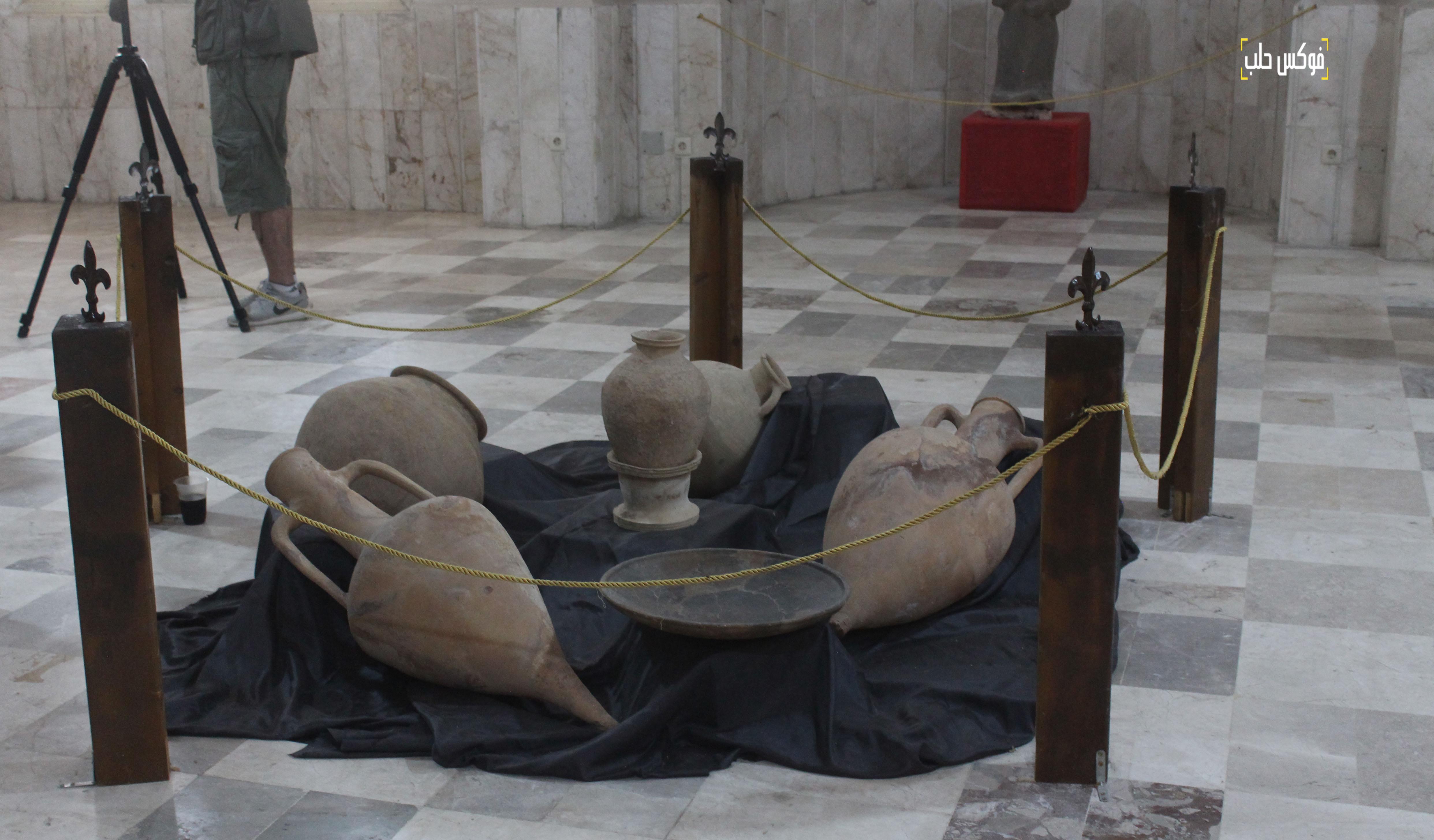 قطع فخارية داخل متحف إدلب