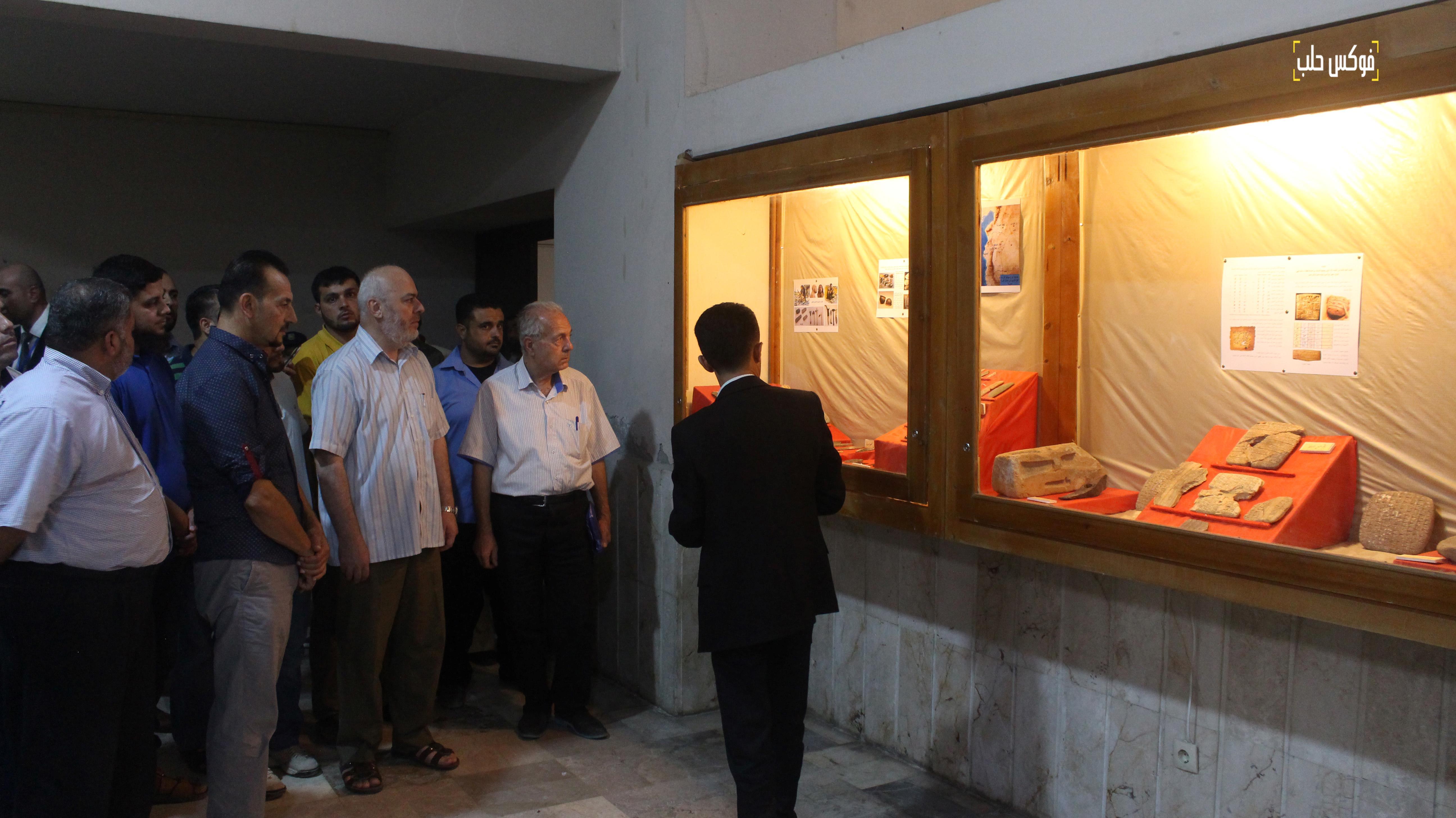 أثناء جولة أحد القائمين على المتحف مع السادة الزوار.