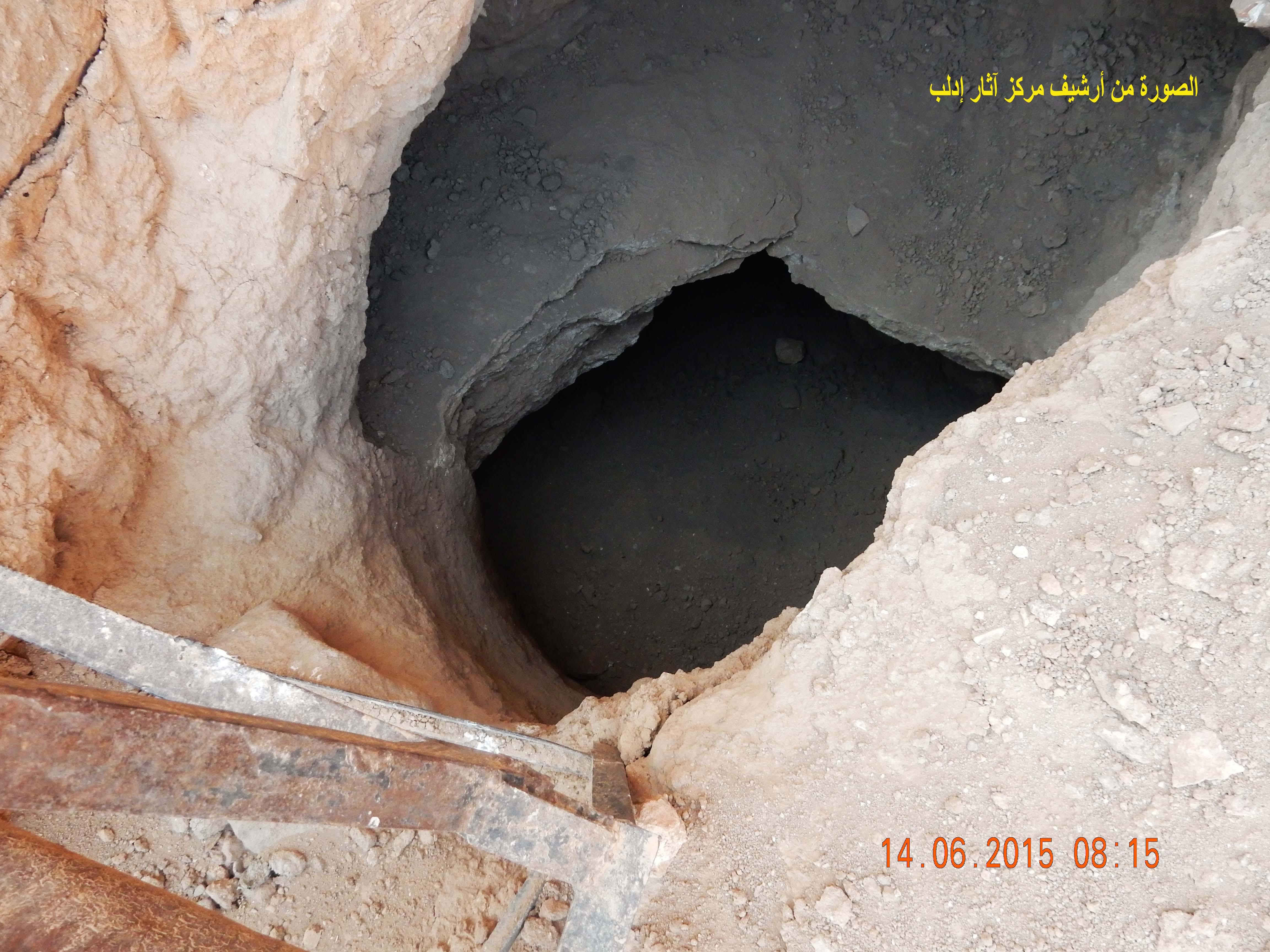 واحدة من مئات الحفر العشوائية في موقع إيبلا (مركز آثار إدلب).