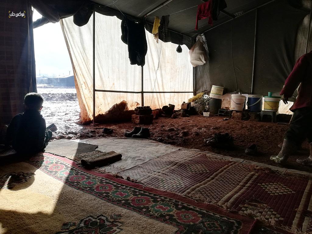 داخل واحدة من الخيام في مخيم قرطبة 1 بريف حلب الغربي