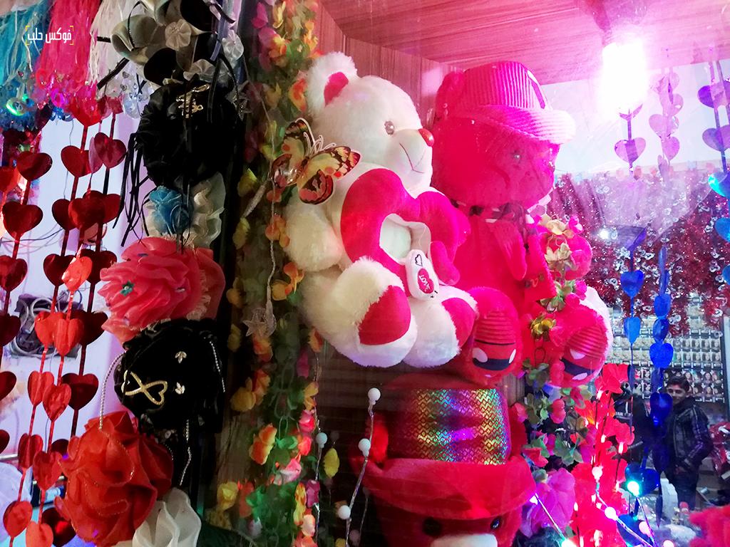 انتشار للهدايا الحمراء في عيد الحب بمدينة الأتارب