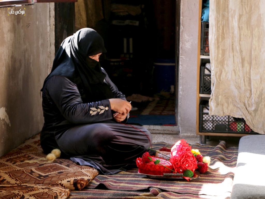أم محمد تصنع الهدايا لبيعها في عيد الحب