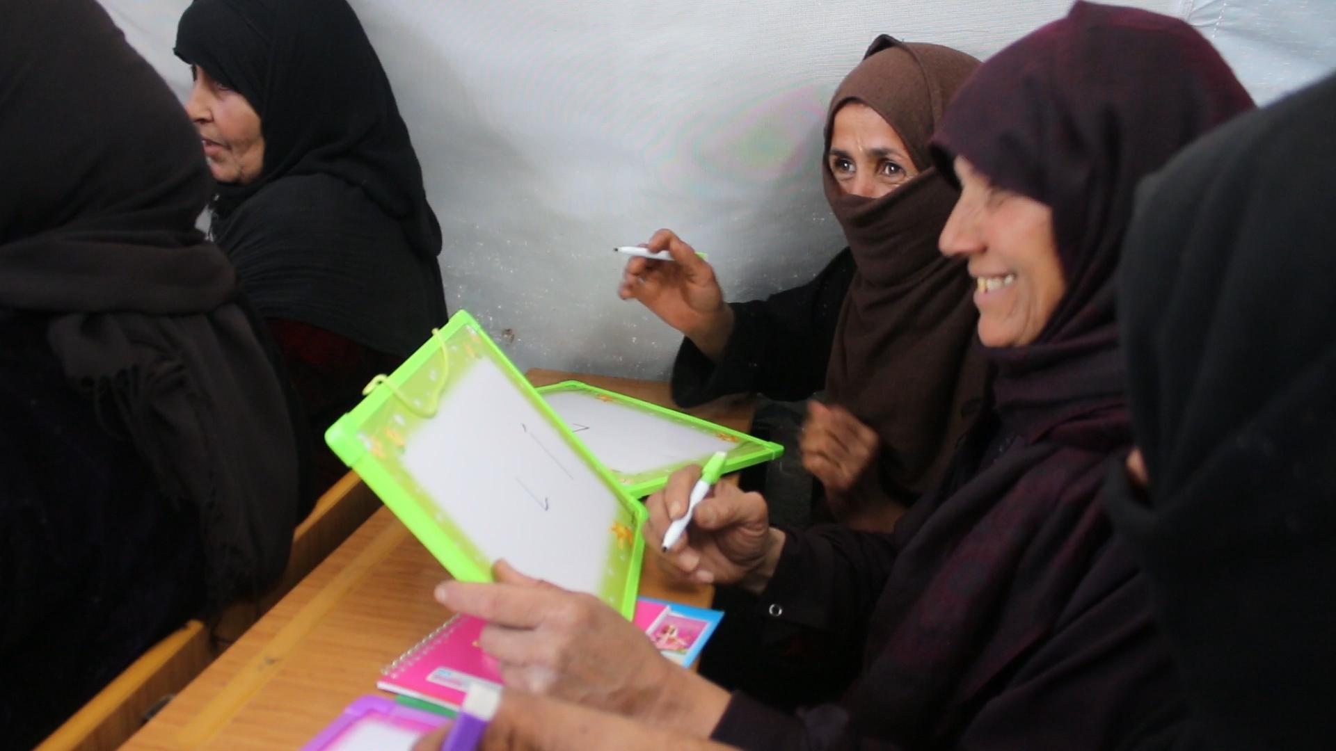 من دروس محو الأمية في مخيم بينين بريف إدلب
