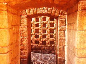 الأبواب المقوسة التي تنتهي بها الممرات داخل أبراج الحمام في إدلب