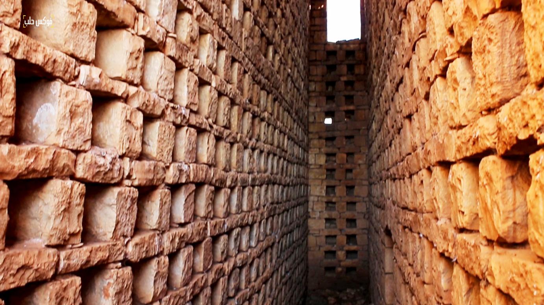 الممرات التي تتخلل الأبراج وخلايا الحمام المتوزعة على جانبيها