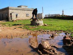 مياه الصرف الصحي بالقرب من المنازل في قرية ميزناز بريف حلب الغربي