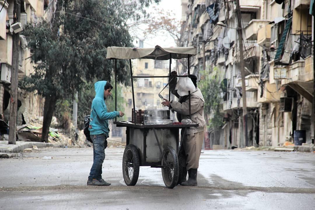 بائع سحلب في أحد شوارع مدينة حلب