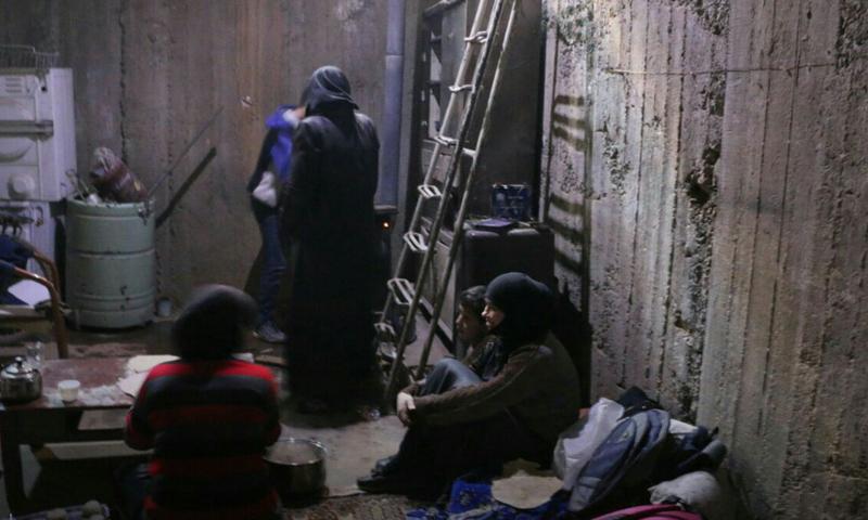 عائلة من الغوطة الشرقية في أحد الملاجئ (مركز دمشق الأعلامي).