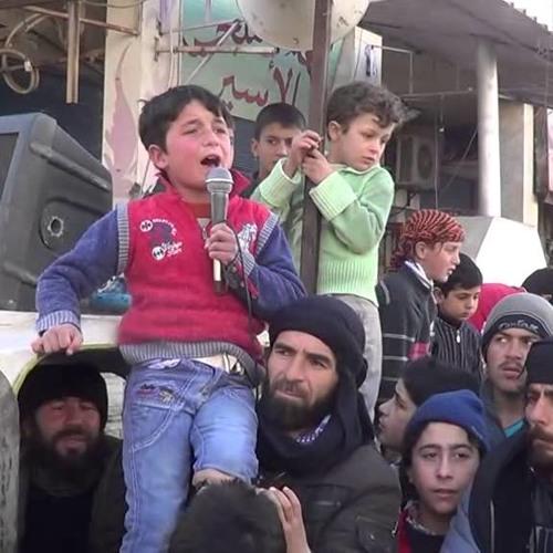 الطفل عباس زيواني ينشد في واحدة من المظاهرات -إنترنيت