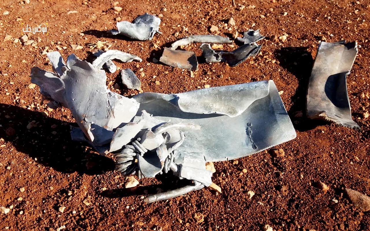 بقايا صواريخ متفجرة داخل حقل تين في كفرنيل بريف إدلب الجنوبي
