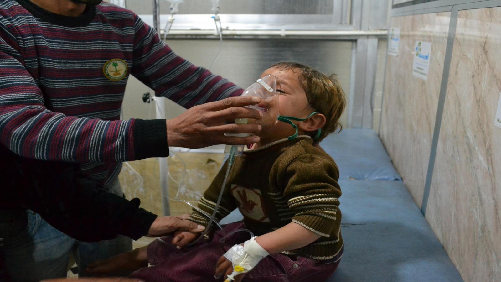 أطفال يتلقون الإسعافات الأولية بعد تعرضهم للهجوم الكيماوي في الغوطة 2013- إنترنيت