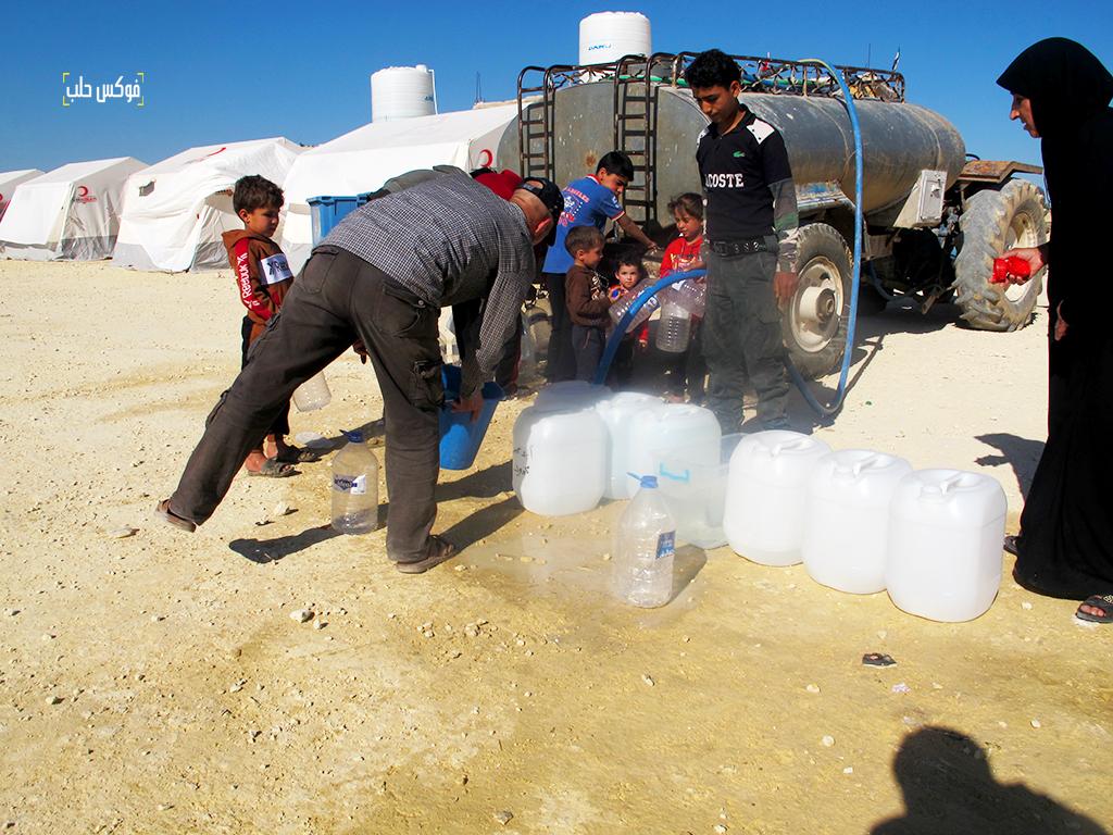 توزيع مياه الشرب في واحدة من مخيمات إعزاز