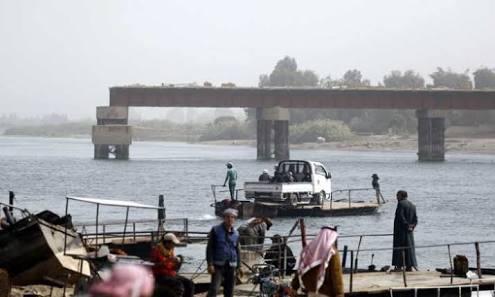 سكان يعبرون نهر الفرات بريف دير الزور بالقوارب والعبارات-انترنت