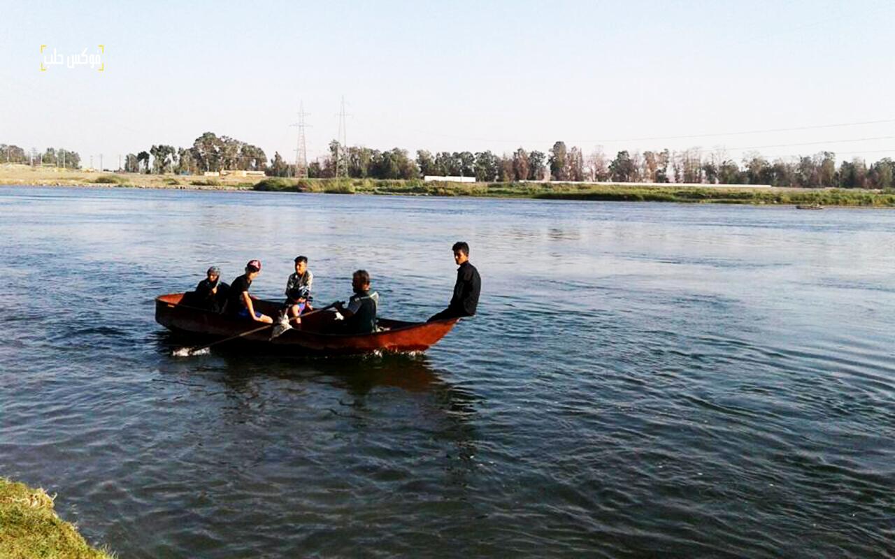 سكان من الرقة يعبرون نهر الفرات بالقوارب والعبارات