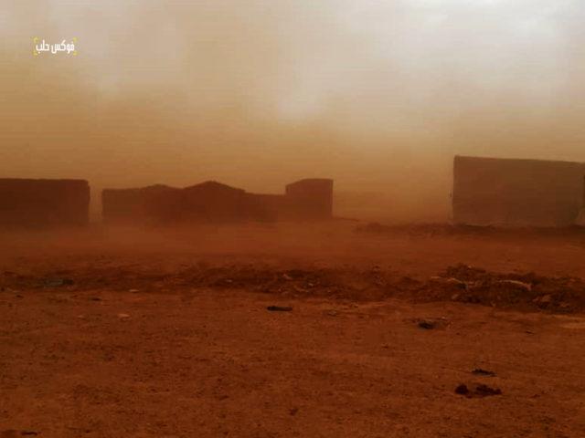 عاصفة رملية في مخيم الركبان