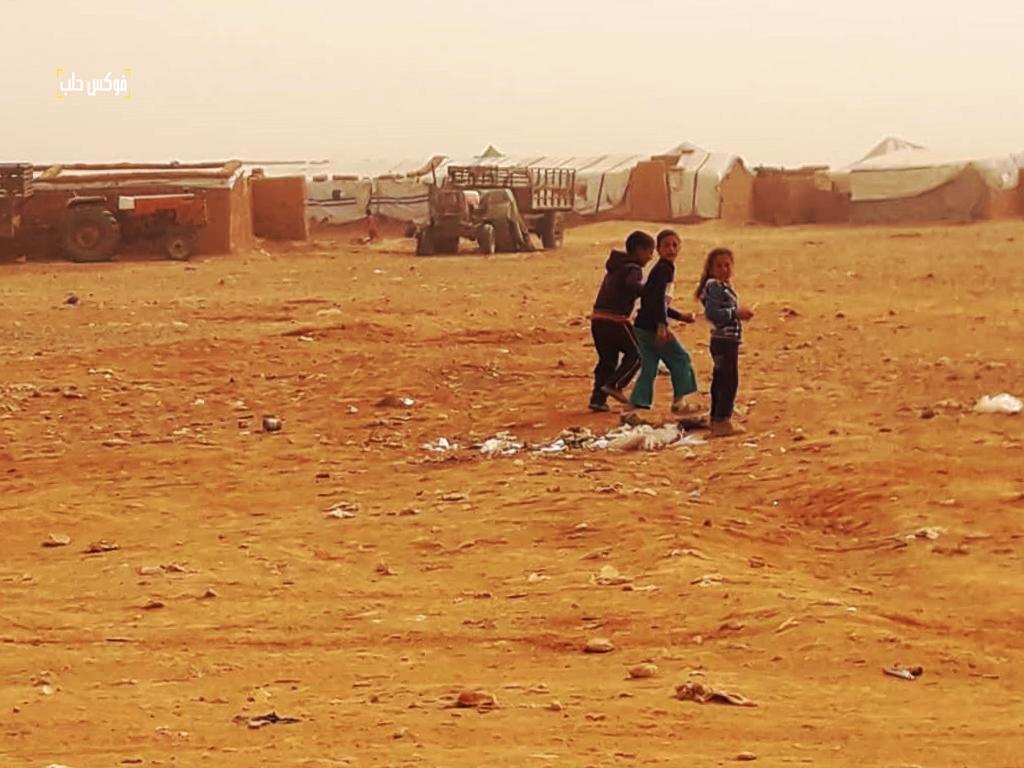 أطفال في مخيم الركبان يعيشون تحت الحصار