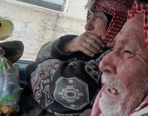 صورة لبكاء نازحين في إدلب خلال مغادرة منزلهما-إنترنيت