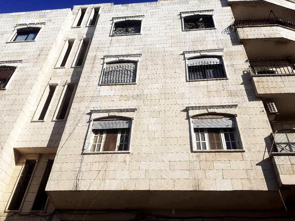 البناء الطابقي الذي بني مكان خان الشحادين في إدلب