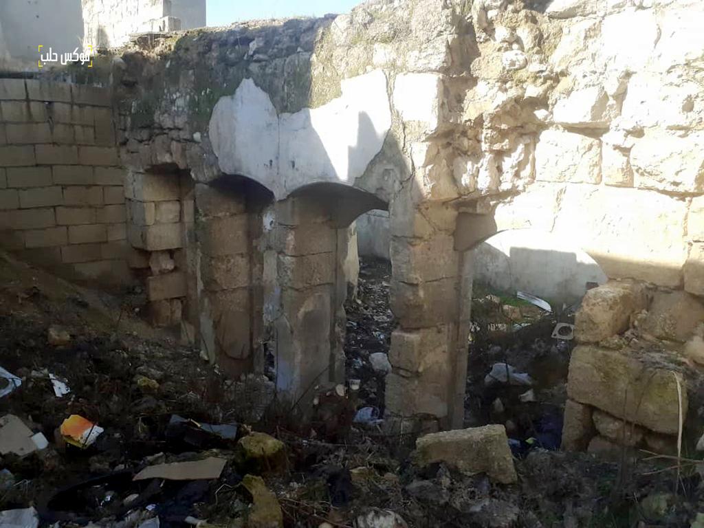 بقايا بيوت مهدمة بالقرب من خان الشحادين في إدلب