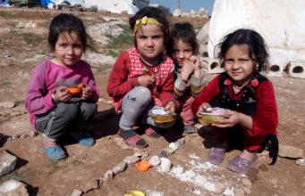 """طفلات في المخيم يلعبن """"بيت بيوت"""""""