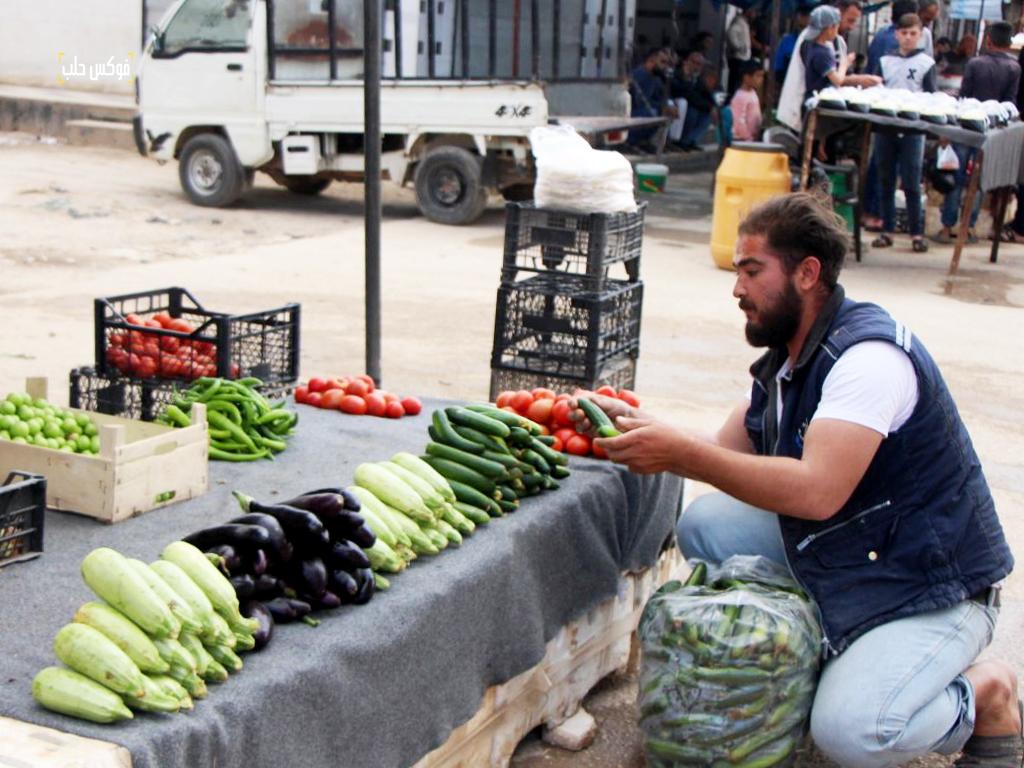 بائع خضار في سوق الأتارب بعد عودة النازحين وترميم السوق