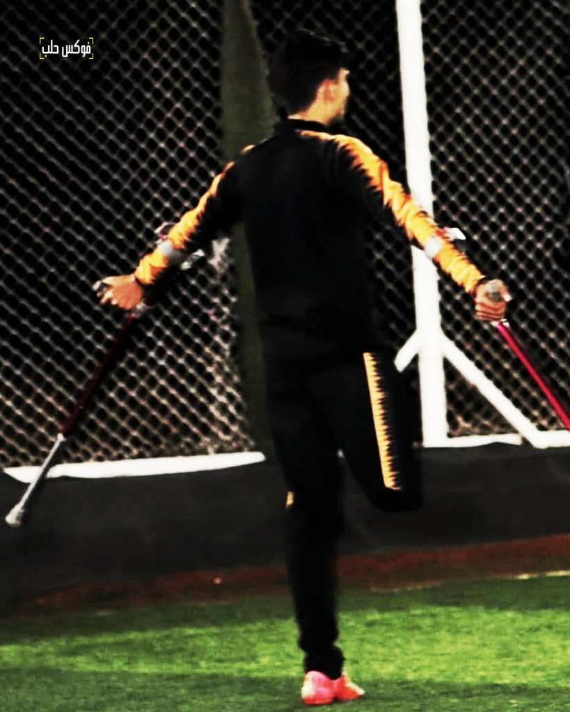 محمد العثمان وهو يمارس هوايته بلعب كرة القدم