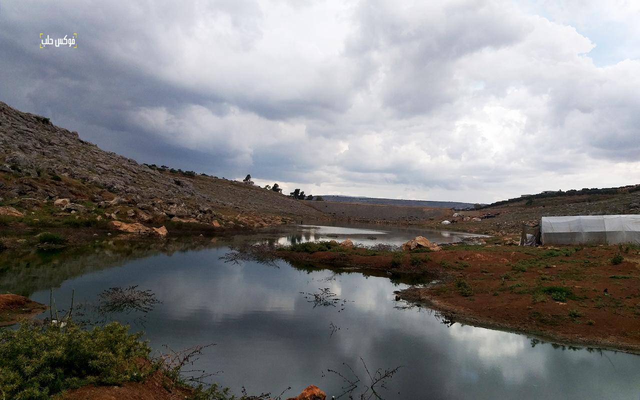تجمعات من المياه الآسنة في سد كفروحين غرب إدلب