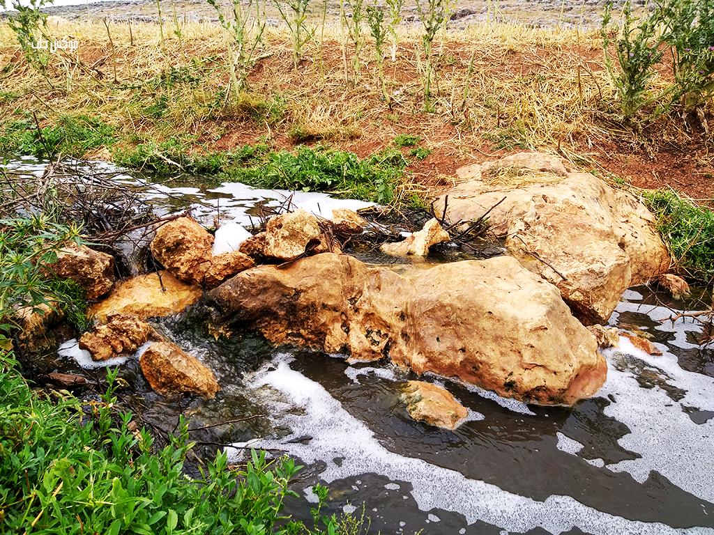 ممر المياه الآسنة قبل وصولها إلى سد كفروحين غرب إدلب