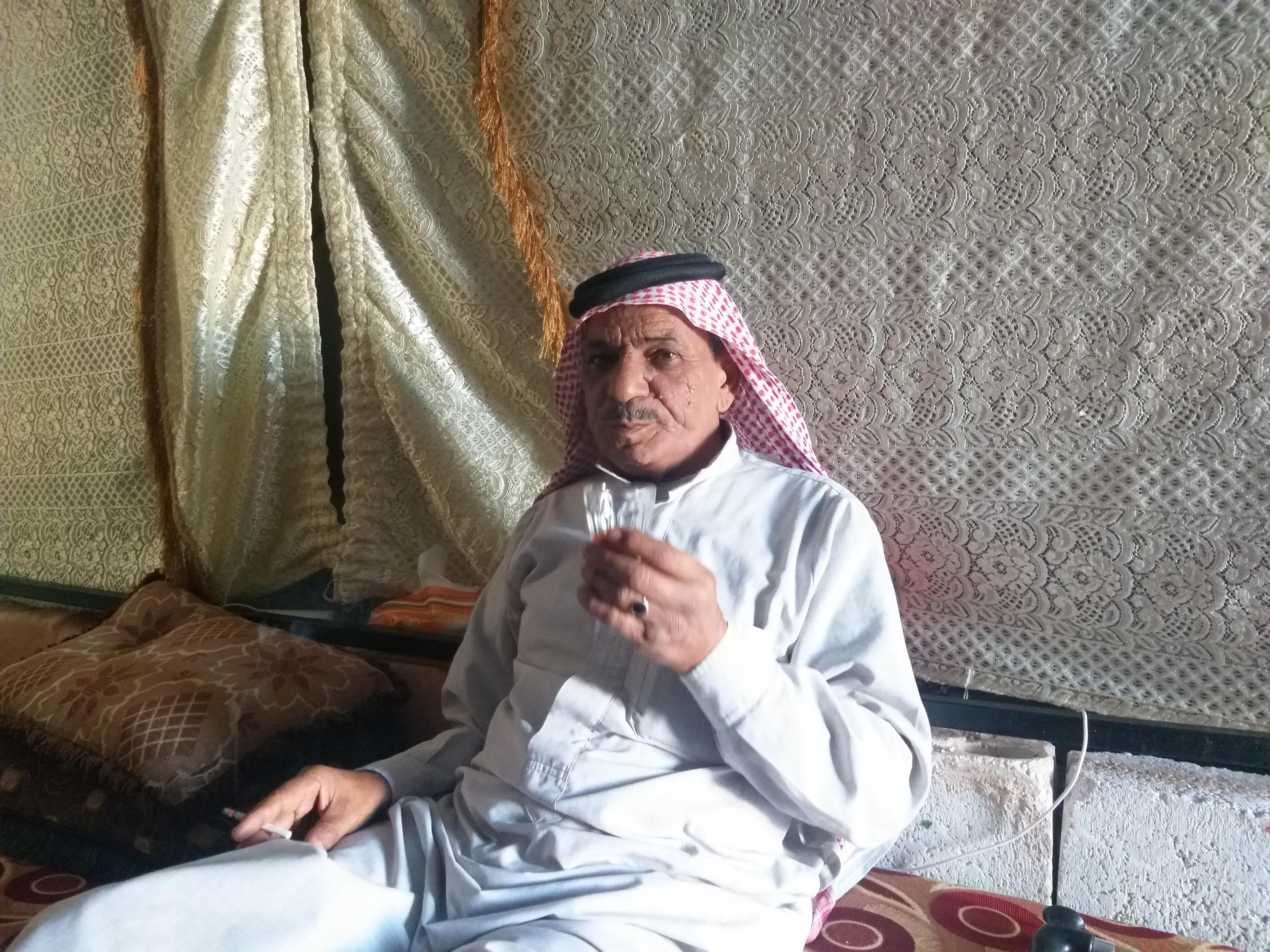 الصورة لأبي بسام يشرب الشاي في خيمته -فوكس حلب