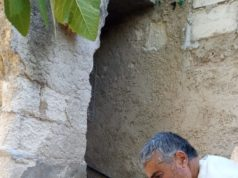 أبو محمد وهو يقوم بتقطيع الصابون البلدي -فوكس حلب
