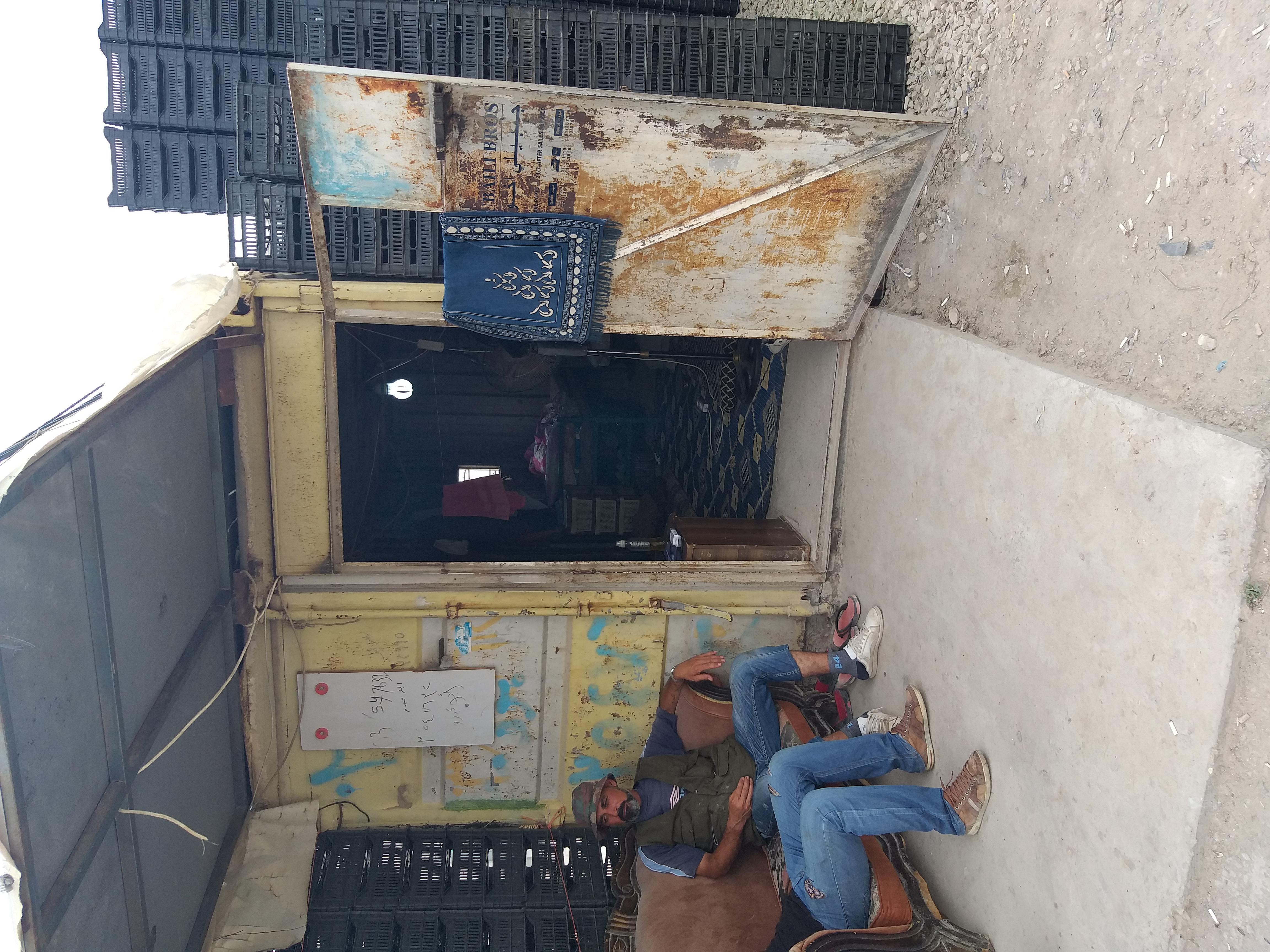 غرفة حديدية تعيش فيها واحدة من العائلات السورية في لبنان -فوكس حلب