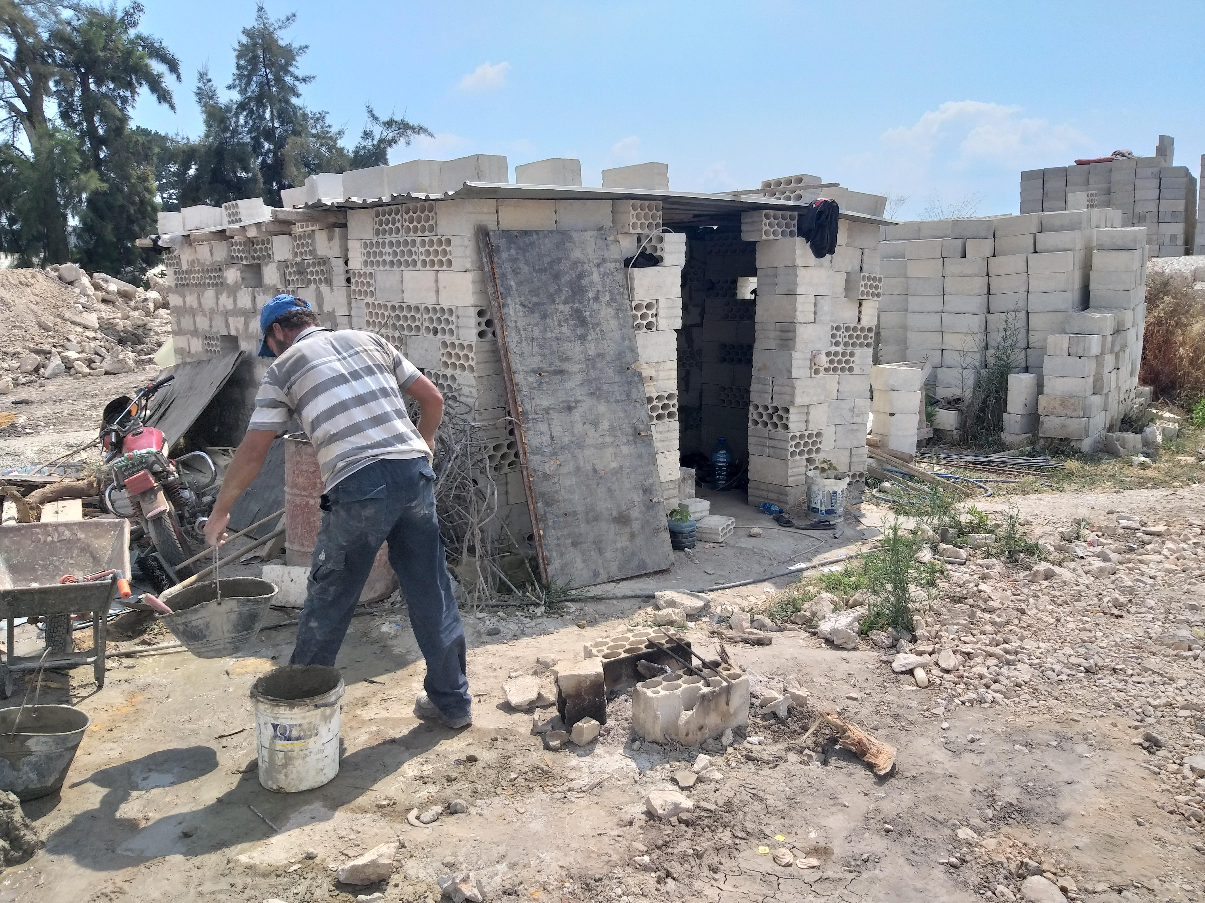"""""""شبه الغرفة"""" التي يعيش فيها أحمد جمعة في لبنان -فوكس حلب"""