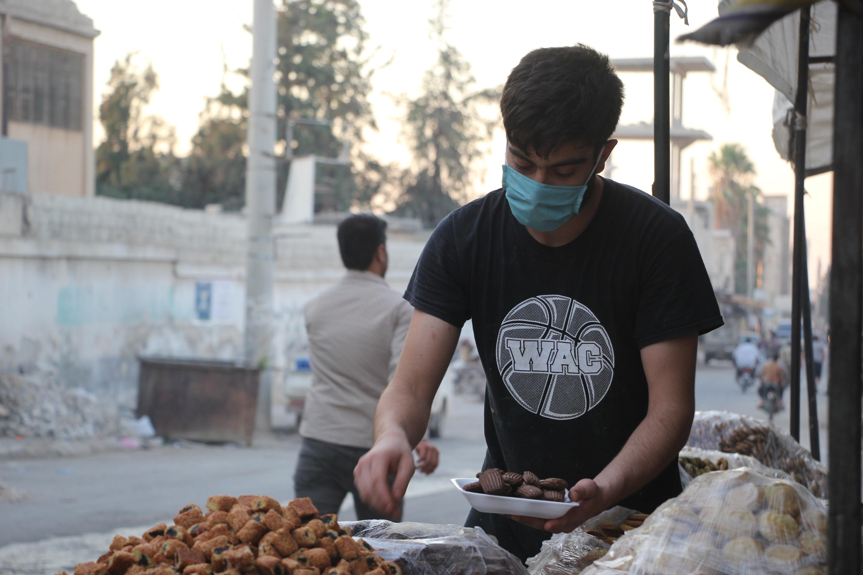 بائع معجنات وحلويات داخل مدينة سرمين المحجورة صحياً -فوكس حلب