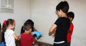 منسقة إجتماعية من جمعية عطاء في زياراتها للأطفال.