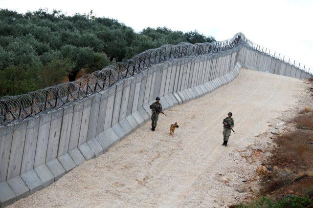 الجدار الذي أقامته تركيا على حدودها لمنع الدخول بطرق غير شرعية -إنترنيت