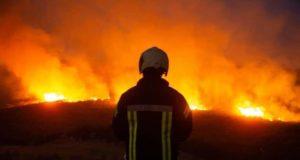 متطوعو الدفاع المدني خلال عملهم على إطفاء الحرائق بريف إدلب -المصدر الدفاع المدني