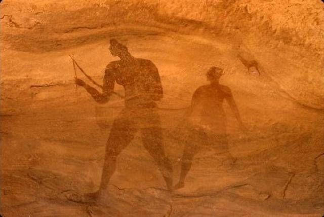 رسومات على جدران كهوف تاسيلي يفترض أنها تصور عملية البحث عن المياه الجوفية - أنترنت