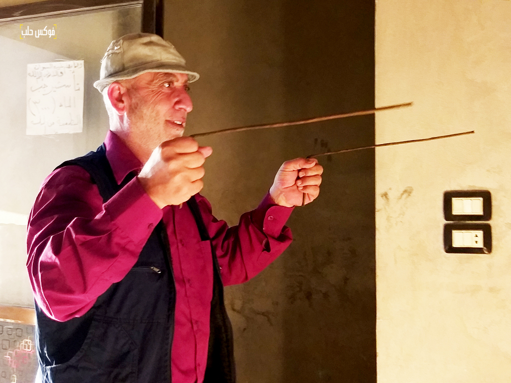 طريقة الإمساك بالقضبان العدنية أثناء عملية البحث عن المياه الجوفية.