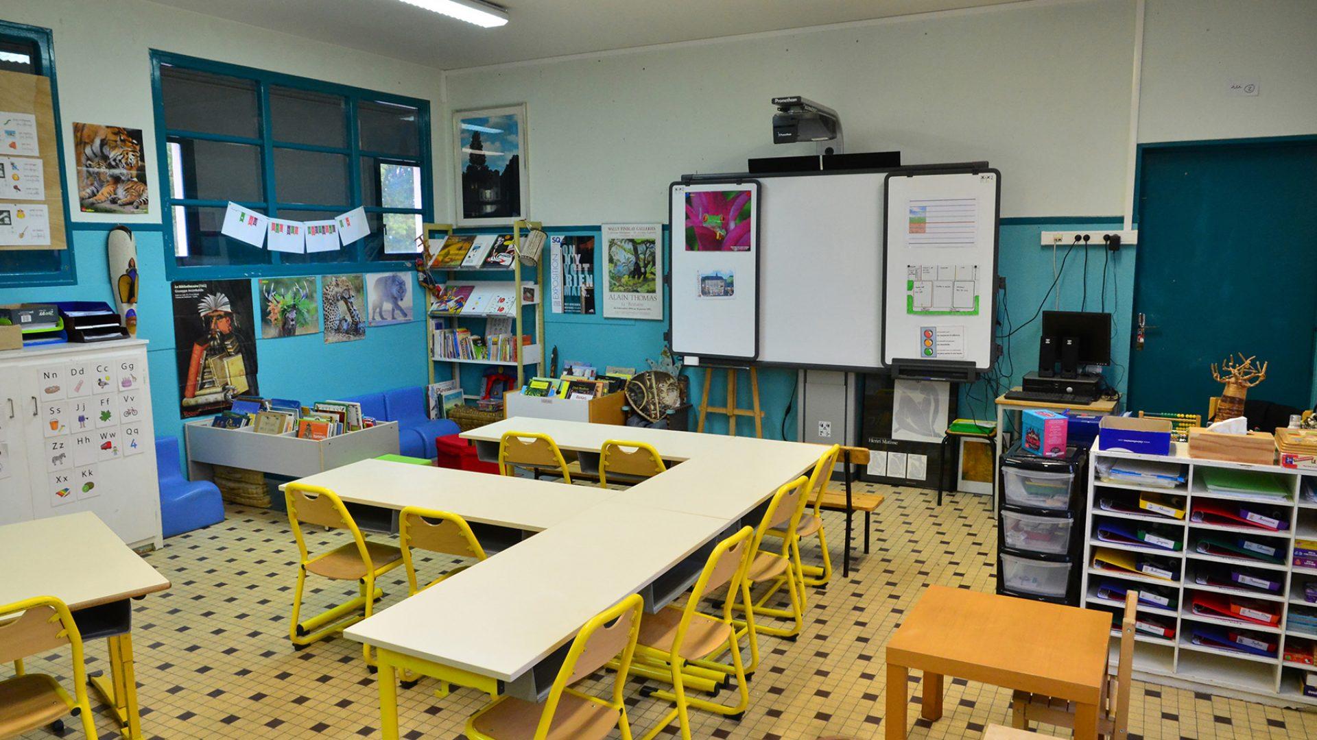 واحدة من المدارس في فرنسا -إنترنيت