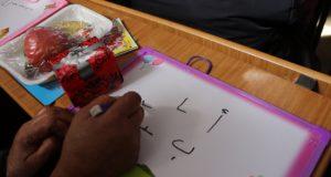 من دروس محو الأمية في مخيم بينين بريف إدلب -أرشيف فوكس حلب