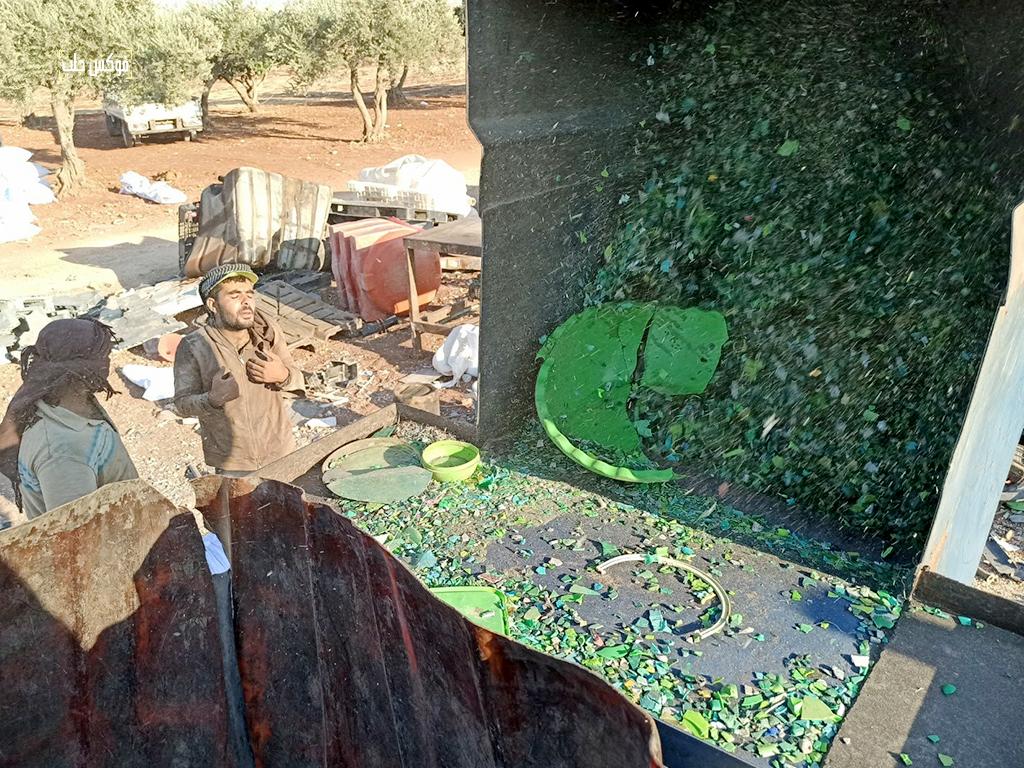 عمال فرز البلاستيك وجرشه في مخيم الخليفة شمالي إدلب