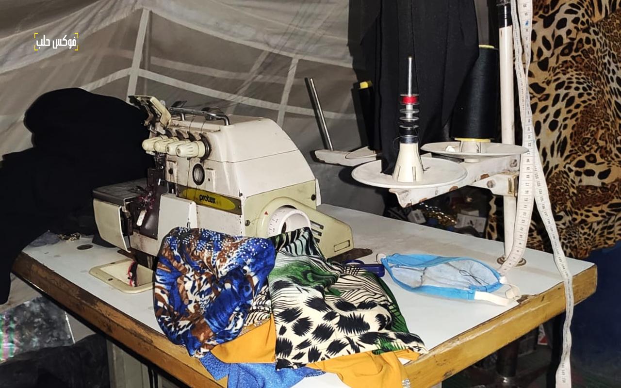 الصورة من إحدى ورش الخياطة في مخيمات الشمال السوري.