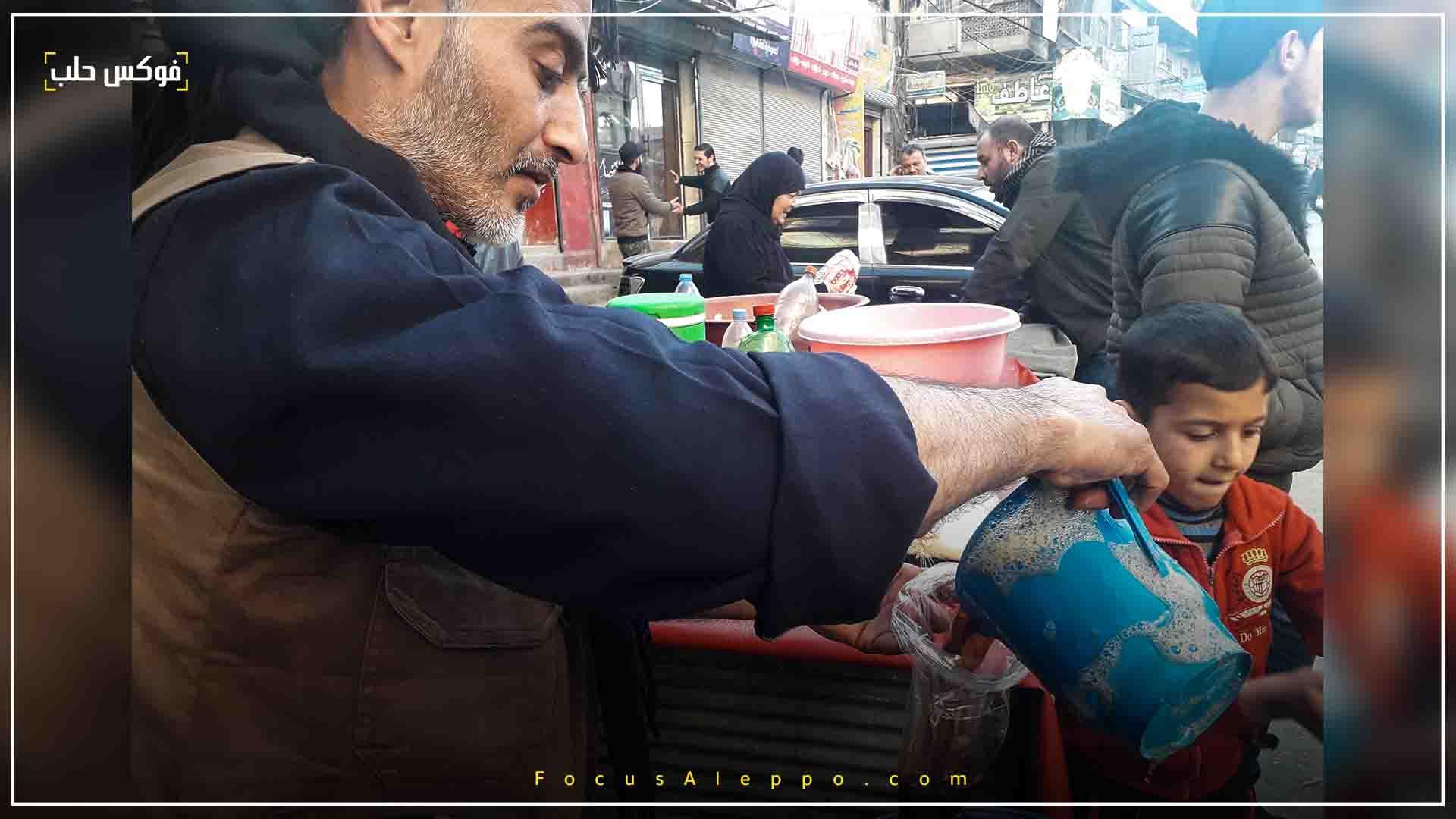 أبو أحمد أحد باعة المشروبات الرمضانية الباردة في سلقين
