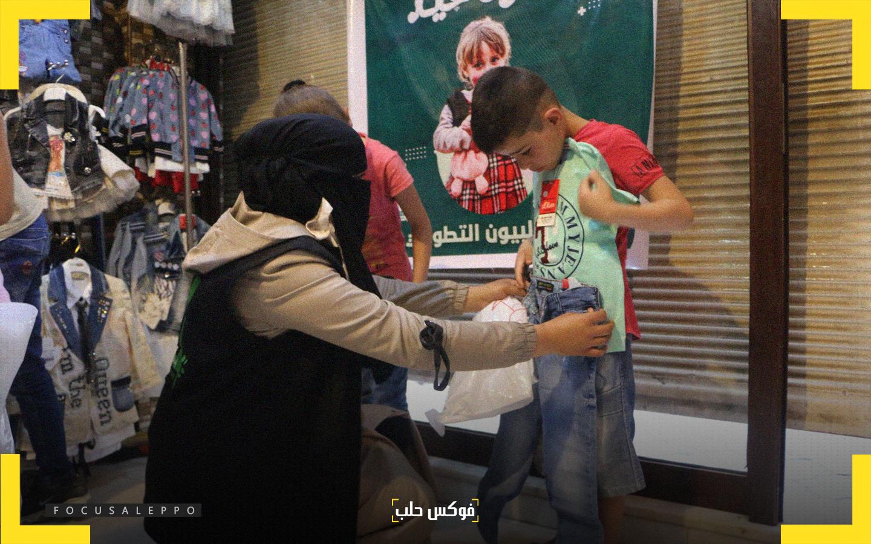 """توزيع الألبسة على الأطفال ضمن حملة """"كسوة العيد"""" التي أطلقها """"فريق ادلبيون"""""""