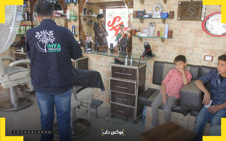 """حلاقة العيد للأطفال في مدينة ادلب ضمن حملة """"بدنا نعيّد"""" التي أطلقها فريق احياء التطوعي"""