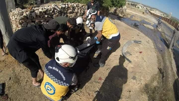 الصورة من الإنترنت لرجال الدفاع المدني بعد قصف استهدف جبل الزاوية