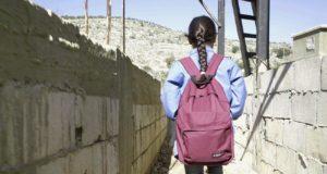 طفلة سورية تتجه إلى المدرسة من مخيمها غير الرسمي في جبل لبنان. المصدر © 2016 هيومن رايتس ووتش